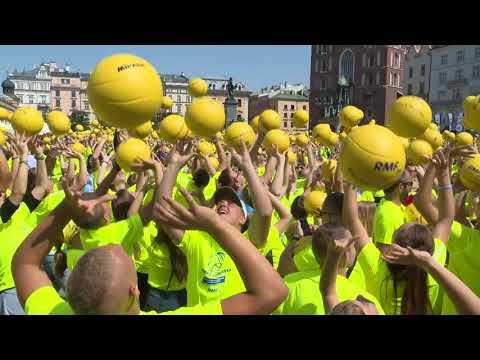 Rekord Guinnessa W Jednoczesnym Podbijaniu Piłki Do Siatkówki!