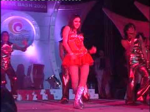shefali jariwala performing kaanta laga on stage