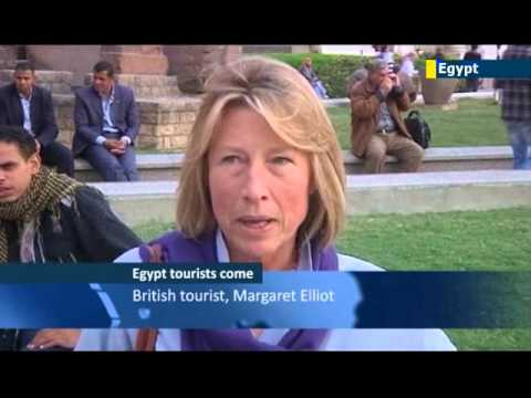 Morsi 'Pharoah' protests: Western tourists remain defiant despite Egypt political unrest