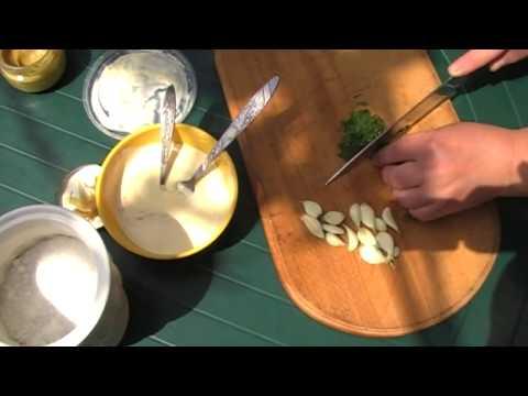 Сметанно чесночный соус.   | Sour cream and garlic sauce.