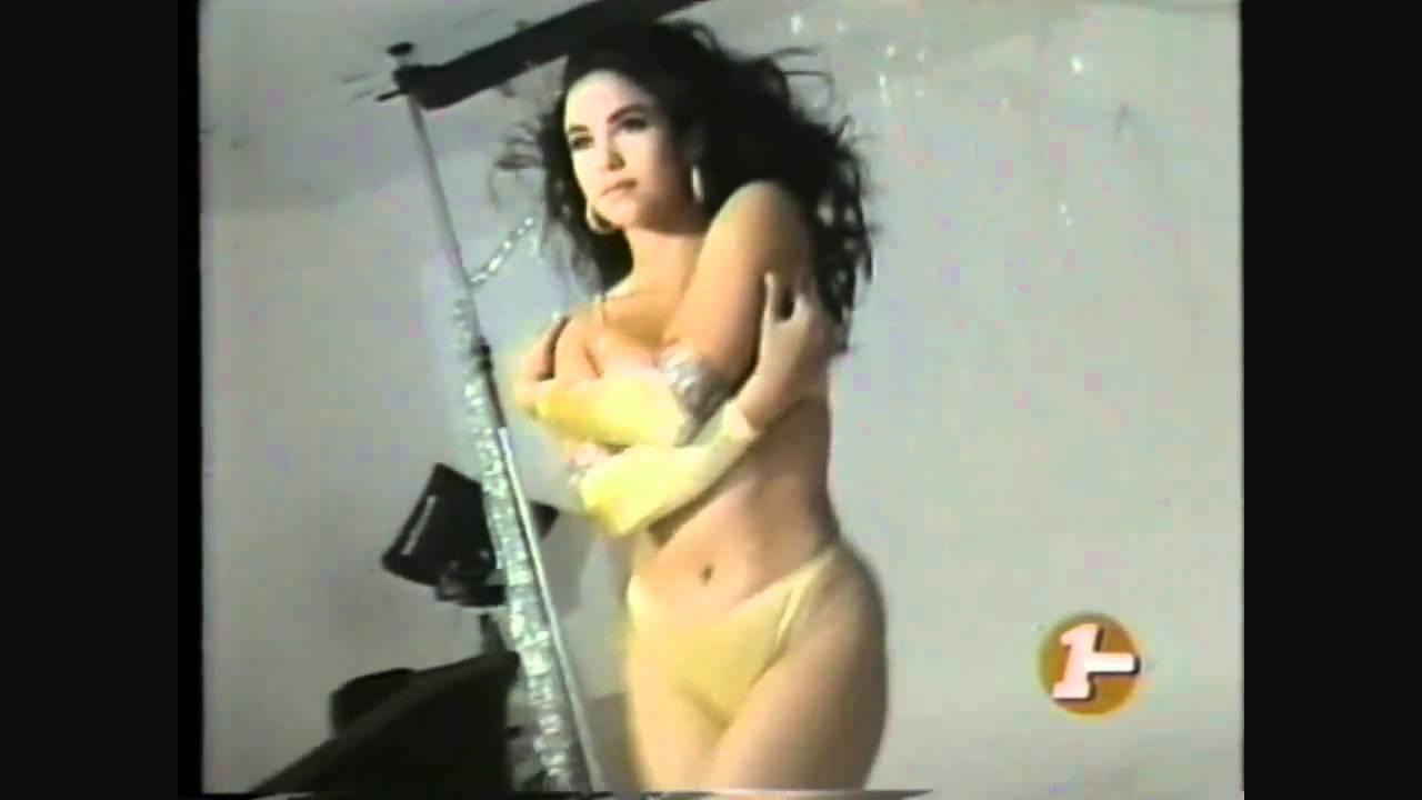 Joven morena de colombia acariciando su chocho hasta se moja - 2 part 2