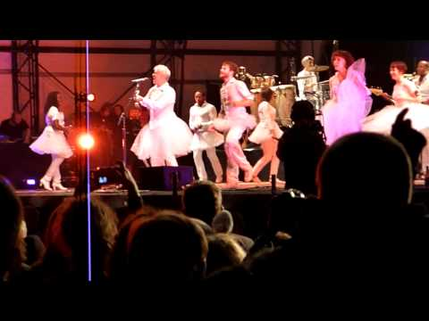 David Byrne - Burning Down The House - Live at The Big Chill Festival Aug 2009