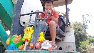 Đồ chơi trẻ em bé pin săn pokemon trên xe máy xúc – máy đào đất  ❤ PinPin TV ❤ Baby toys excavator