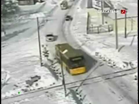 Автобус попал под поезд