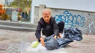Trao tiền cho cụ bà 83 tuổi bán 5 trái xoài gặp bà cụ 84 tuổi khổ không kém