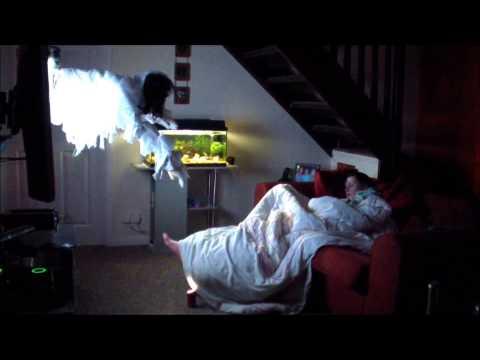 Bromas a mujeres (Novio asusta a su novia mientras duerme!)