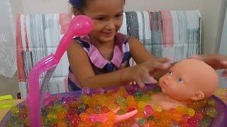 Banyo yaptırma oyunu , yağmur bebek orbeez banyosu yapıyor, eğlenceli çocuk videosu