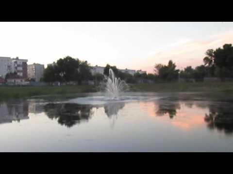 Фонтан на озере в парке Победы