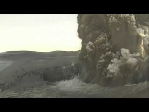 Dramatic footage above crater of Icelandic volcano