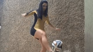 فتاة-تستعرض-مهاراتها-في-كرة-القدم-بالكعب-العالى