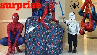 BIG SPIDERMAN PRESENT AND  SPIDERMAN FOR KIDS BEST MOMENT WITH KENDO AND SPIDEY! OPENTOYSTV!