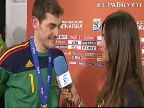 Iker Casillas kisses interviewer girlfriend live on TV