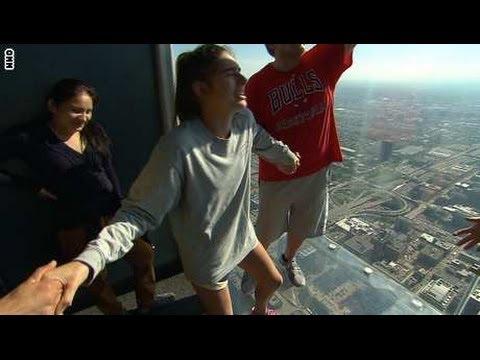 تشقق أرضية زجاجية تحت أقدام السياح على ارتفاع 103 طوابق