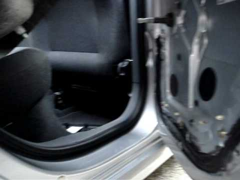 Ремонт обшивки задней двери на Skoda Fabia, видео
