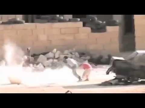 طفل سوري، مذهل يراوغ القناص...وينقذ طفلة صغيرة !!