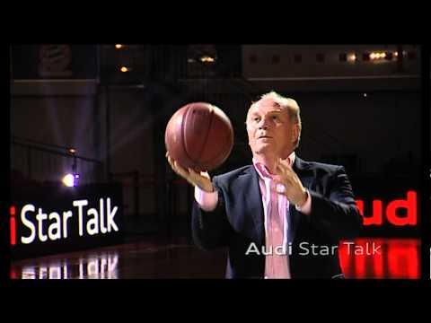Uli Hoeneß greift im Audi Star Talk zum Basketball