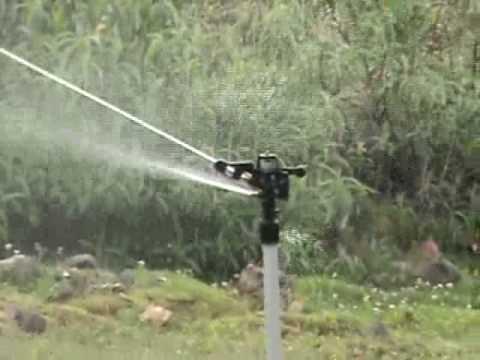 Sistema de riego por aspersion youtube for Aspersor de agua para jardin