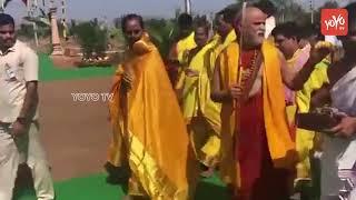 CM KCR Welcomes Swami Swaroopananda at Maha Chandi Yagam | Erravalli