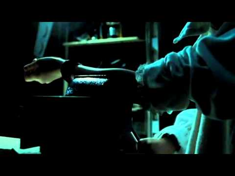 La huérfana - Esther se rompe el brazo
