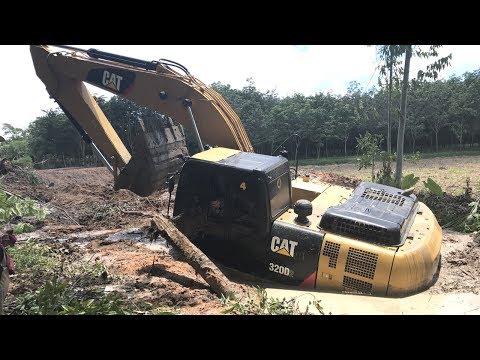 รถแม็คโครติดหล่ม  รถแบคโฮ รถขุดดิน รถขุดตีนตะขาบ Excavator Stuck in mud