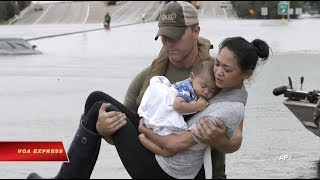 Hình ảnh cảnh sát Mỹ cứu mẹ con gốc Việt trở thành biểu tượng trong bão Harvey