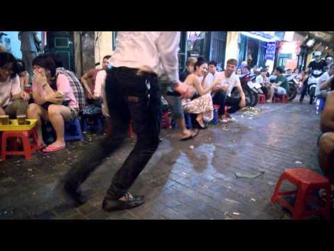 Thanh niên hát rong trên phố Tạ Hiện - Hà Nội