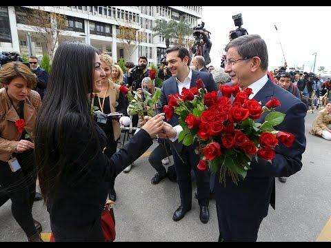 Davutoğlu'ndan gazetecilere kırmızı gül
