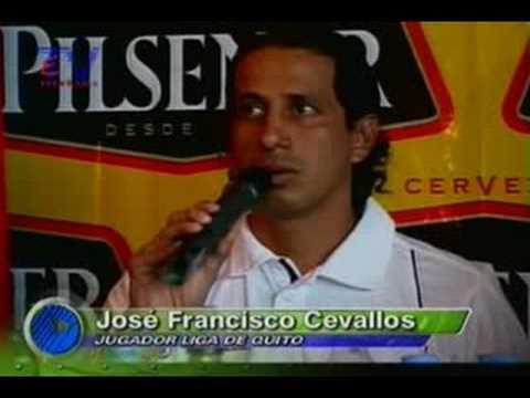 Cevallos recibe homenaje en la Canchita