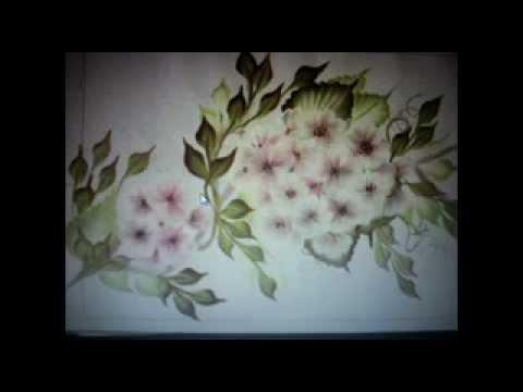 Flores pintadas sobre madera con pintura decorativa de pinceladas