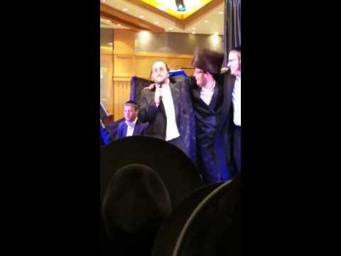 ליפא שמעלצר עם הזמר ארי אויש בשירת סינגל בחתונת בר