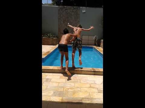 Caio na piscina