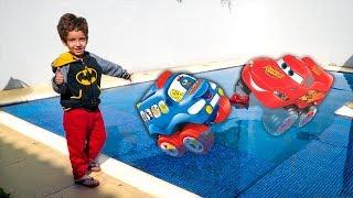 GALINHA PINTADINHA vs MCQUEEN do CARROS no Afunda ou Boia na PISCINA e Brincando no Parquinho