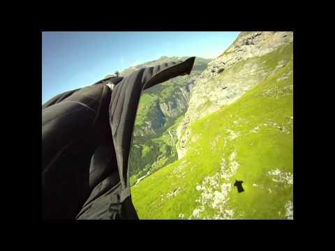 Jeb Corliss, salto con wingsuit desde una montaña