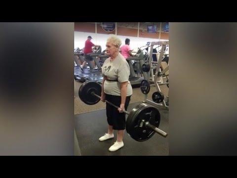 78歳のおばあちゃんが100キロ超のバーベルを持ち上げます。