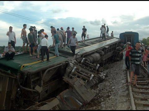 Hàng trăm hành khách gào thét khi tàu hỏa đâm vào xe container
