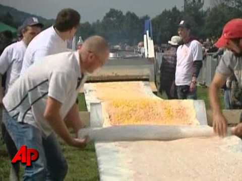 Raw Video: World s Longest Pizza Attempted