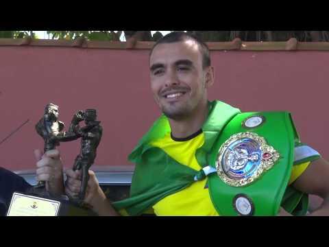 Campeão mundial de Muay Thai é recebido com festa