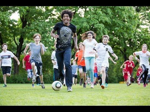 FC-Bayern-Star Dante: Mit Fußball aktiv für Kinder in Not