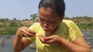 Survival Skills - Cooking pig bowel Eating Delicious - beautiful Girl Cooking *56