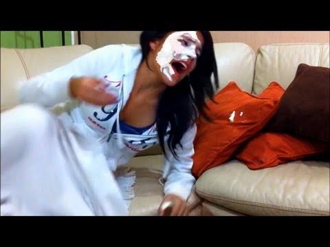 Broma con crema batida | bromas pesadas a mujeres, videos de risa, bromas graciosas a dormidos