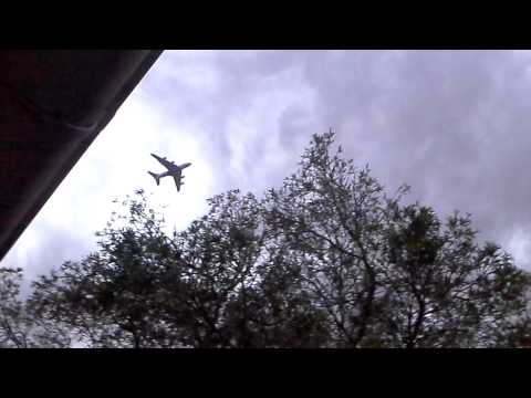 Pesawat Nyaris Tersambar Petir Terekam