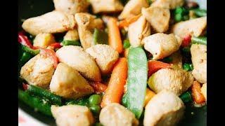 Диетическая куриная грудка с овощами