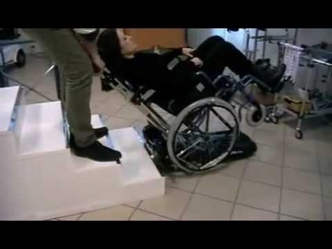 Saliscala per salire le scale con la carrozzina youtube for Sedia motorizzata per scale