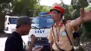 Chết cười pha cãi vã lầy lội giữa CSGT và bác tài