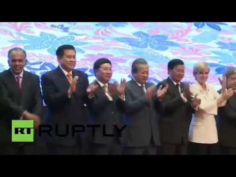 Malaysia: World's foreign ministers link hands for ASEAN forum photo op