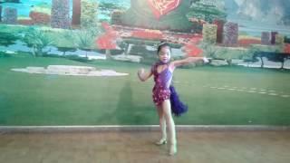 chị Trang ở bước nhảy hoàn vũ nhí chị họ mềnh đây: )