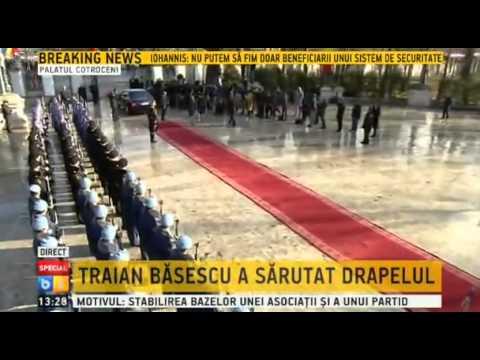 Traian Basescu saruta drapelul inainte de plecarea de la Cotroceni