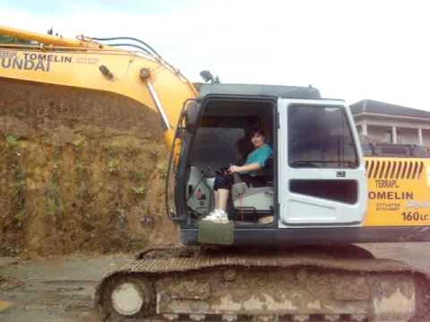 operadora de escavadeira hidraulica dia 12-12-2009