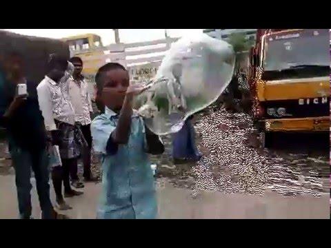 ストリートで手だけでシャボン玉を作る少年