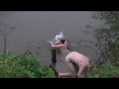 Голые купаются в реке фото